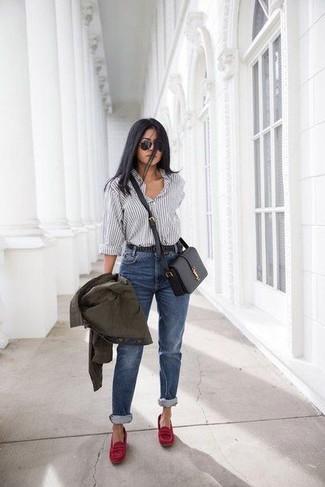 Comment porter: veste militaire olive, chemise de ville à rayures verticales blanche et noire, jean bleu, slippers en daim rouges
