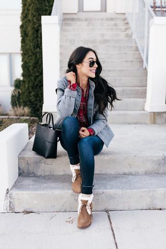 Pense à associer une veste militaire grise avec un jean skinny bleu marine pour un déjeuner le dimanche entre amies. D'une humeur créatrice? Assortis ta tenue avec une paire de des bottes d'hiver en daim brunes.