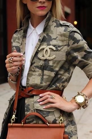 Comment porter: veste militaire camouflage olive, chemise de ville blanche, jupe patineuse noire, sac bandoulière en cuir tabac