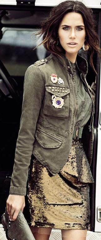 Associe une veste militaire olive avec une pochette en cuir olive pour une tenue relax mais stylée.