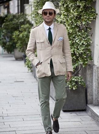 Comment porter une cravate vert foncé: Pense à associer un veste militaire beige avec une cravate vert foncé pour un look pointu et élégant. Une paire de des mocassins à pampilles en daim marron foncé est une option avisé pour complèter cette tenue.