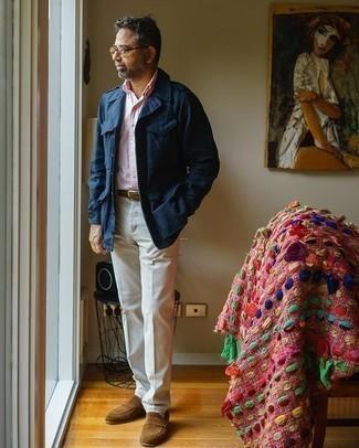 Comment porter un pantalon de costume blanc: Pense à harmoniser un veste militaire bleu marine avec un pantalon de costume blanc pour dégager classe et sophistication. Une paire de des slippers en daim marron s'intégrera de manière fluide à une grande variété de tenues.