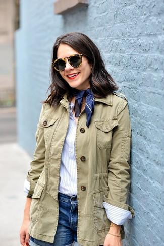 Comment porter: veste militaire olive, chemise de ville à rayures verticales bleu clair, short en denim bleu, bandana á pois bleu marine