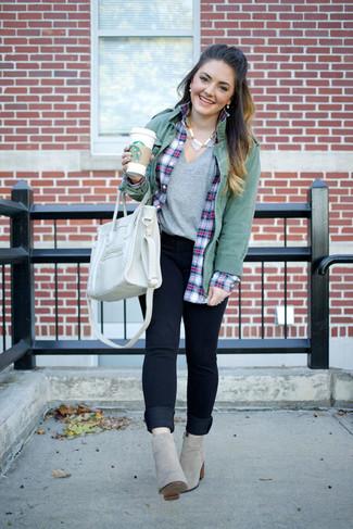 Comment porter un t-shirt à col en v gris: Essaie d'harmoniser un t-shirt à col en v gris avec un jean skinny bleu marine pour une tenue idéale le week-end. Cet ensemble est parfait avec une paire de des bottines en daim grises.