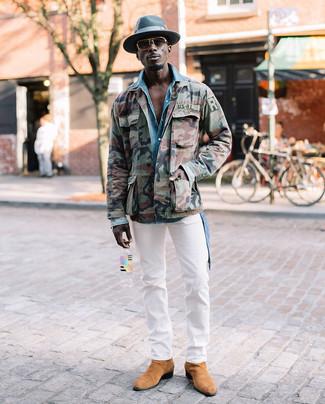 Comment porter: veste militaire camouflage olive, chemise en jean bleu clair, pantalon chino blanc, bottines chelsea en daim marron clair