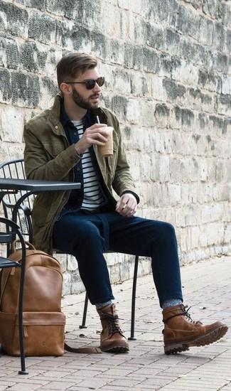 Comment porter: veste militaire olive, chemise en jean bleu marine, t-shirt à col rond à rayures horizontales blanc et bleu marine, pantalon chino bleu marine