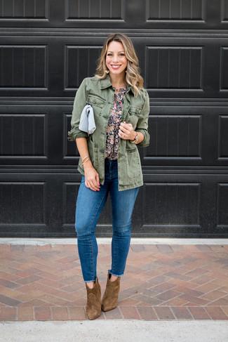 Comment porter: veste militaire olive, chemisier à manches courtes à fleurs bleu marine, jean skinny déchiré bleu, bottines en daim marron