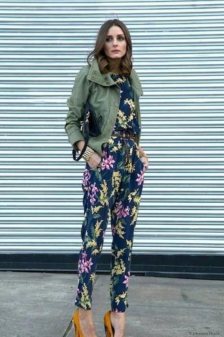 Comment porter: veste militaire olive, combinaison pantalon à fleurs bleu marine, escarpins en daim moutarde, sac bandoulière en cuir noir
