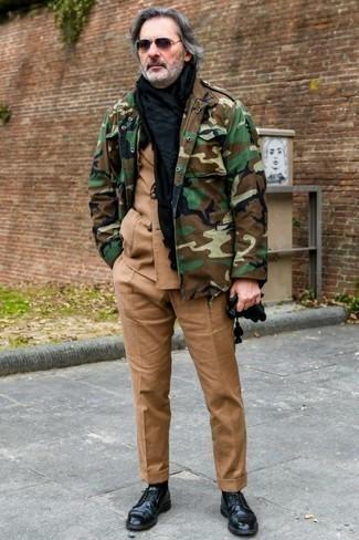 Comment porter un veste militaire avec des chaussures derby: Associe un veste militaire avec un costume marron clair pour un look pointu et élégant. Une paire de des chaussures derby est une option parfait pour complèter cette tenue.
