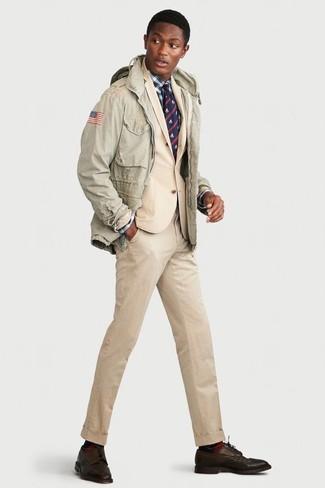 Comment porter: veste militaire vert menthe, costume beige, chemise de ville écossaise blanc et bleu marine, chaussures derby en cuir marron foncé