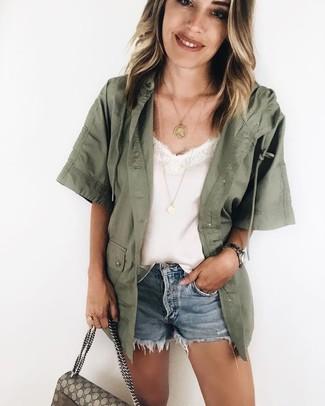 Comment porter un short en denim bleu clair: Associe une veste militaire olive avec un short en denim bleu clair pour achever un look chic.