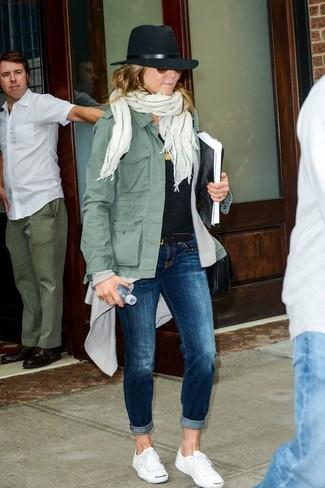Comment porter: veste militaire olive, gilet gris, t-shirt à col rond noir, jean bleu marine