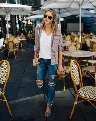 Comment porter: veste militaire grise, t-shirt à col en v blanc, jean skinny déchiré bleu, sandales à talons en daim grises