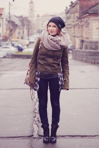 Comment porter: veste militaire marron, jean bleu marine, bottines plates à lacets en cuir noires, sac à dos en toile à fleurs beige
