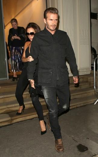 Comment porter: veste militaire noir, jean noir, bottes de loisirs en cuir marron foncé