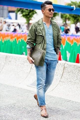 Comment porter: veste militaire olive, chemise à manches longues en lin bleu clair, jean bleu clair, monks en cuir marron