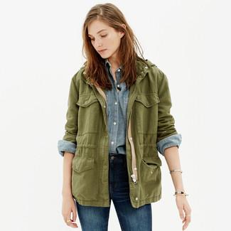 Comment porter: veste militaire olive, chemise de ville en chambray bleu clair, jean skinny bleu marine