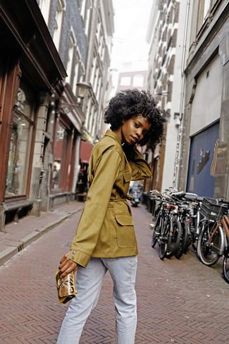 Comment porter: veste militaire olive, jean bleu clair, pochette en cuir imprimée serpent marron clair