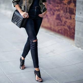 Comment porter: veste militaire camouflage olive, jean skinny déchiré noir, sandales à talons en cuir noires, sac bandoulière en cuir matelassé noir