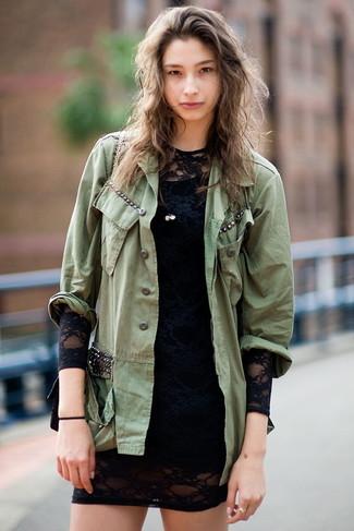 Comment porter: veste militaire olive, robe moulante en dentelle noire, sac bandoulière en cuir noir