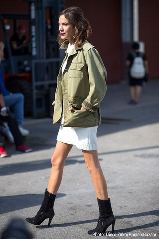 Tenue de Alexa Chung: Veste militaire olive, Robe-pull blanche, Bottines en daim noires