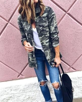 Comment porter: veste militaire camouflage olive, t-shirt à col en v blanc, jean skinny déchiré bleu, cartable en daim noir
