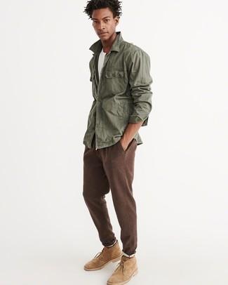 Comment porter: veste militaire olive, t-shirt à col rond blanc, pantalon de jogging marron, bottines chukka en daim marron clair