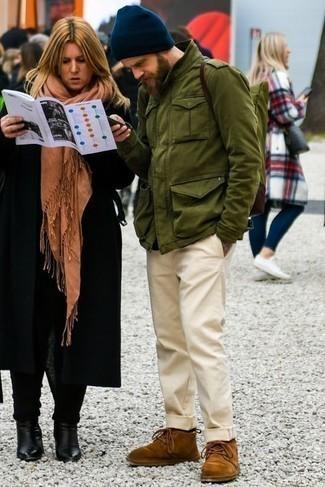 Comment porter des bottines chukka en daim marron: Essaie d'associer un veste militaire olive avec un pantalon chino beige pour une tenue idéale le week-end. Termine ce look avec une paire de bottines chukka en daim marron.