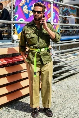 Comment porter un veste militaire olive avec un pantalon chino beige: Essaie d'associer un veste militaire olive avec un pantalon chino beige pour un déjeuner le dimanche entre amis. D'une humeur audacieuse? Complète ta tenue avec une paire de des slippers en cuir à franges bordeaux.