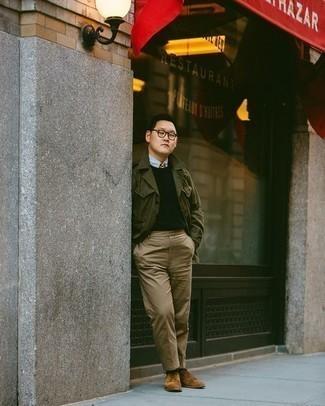 Comment porter une chemise de ville bleu clair: Harmonise une chemise de ville bleu clair avec un pantalon chino marron clair pour un look idéal au travail. Complète cet ensemble avec une paire de des chaussures derby en cuir marron clair pour afficher ton expertise vestimentaire.