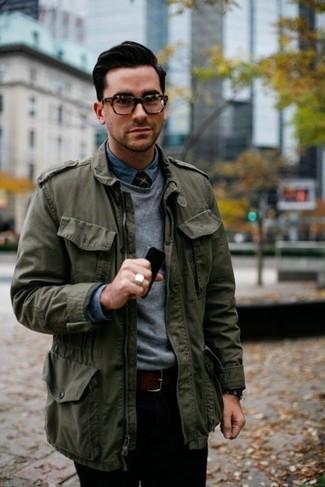 Comment porter: veste militaire olive, pull à col rond gris, chemise en jean bleue, pantalon chino noir
