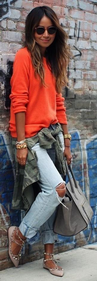 Comment porter: veste militaire camouflage olive, pull à col rond orange, jean boyfriend déchiré bleu clair, ballerines en cuir grises
