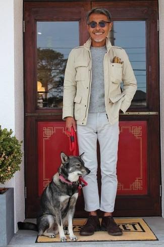 Comment porter: veste militaire beige, pull à col rond gris, jean blanc, bottines chukka en daim marron foncé