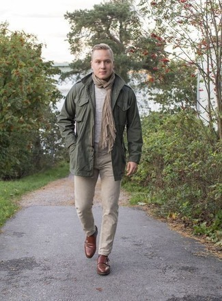 Comment porter une écharpe marron clair: Porte un veste militaire vert foncé et une écharpe marron clair pour une tenue idéale le week-end. D'une humeur créatrice? Assortis ta tenue avec une paire de des double monks en cuir marron.