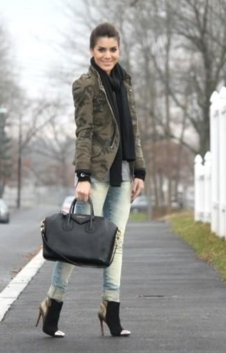 Comment porter des bottines en daim noires: Associe une veste militaire camouflage olive avec un jean skinny bleu clair pour un look confortable et décontracté. Assortis ce look avec une paire de des bottines en daim noires.