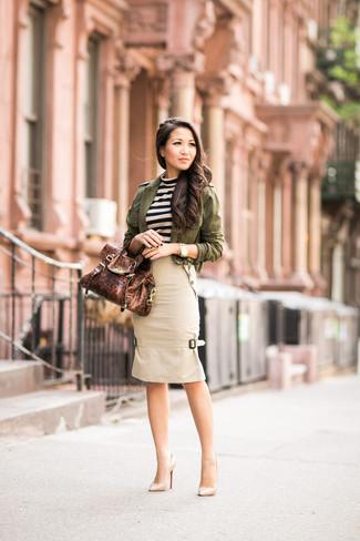 Comment porter: veste militaire olive, pull à col rond à rayures horizontales beige, jupe crayon beige, escarpins en cuir beiges