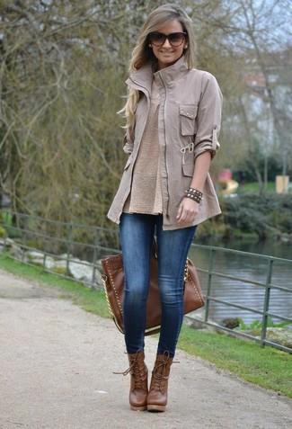 Affiche ton côté espiègle avec une veste militaire grise et des leggings en denim bleus. Une paire de des bottines à lacets en cuir brunes rendra élégant même le plus décontracté des looks.