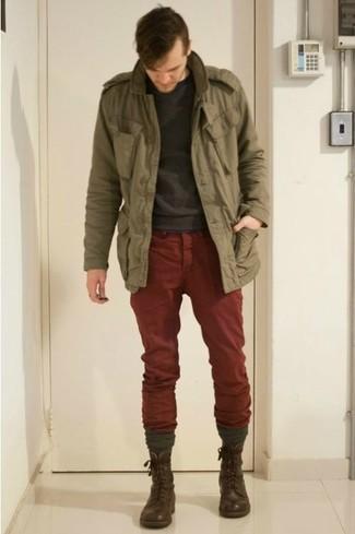 Comment porter: veste militaire olive, pull à col rond gris foncé, pantalon chino bordeaux, bottes de loisirs en cuir marron foncé