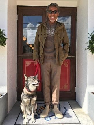 Comment porter: veste militaire olive, pull à col rond en jacquard marron, pantalon de costume en laine marron, bottines chelsea en daim beiges