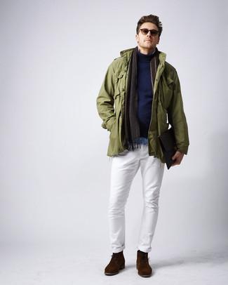 Comment porter: veste militaire olive, pull à col roulé bleu marine, chemise en jean bleu clair, pantalon chino blanc