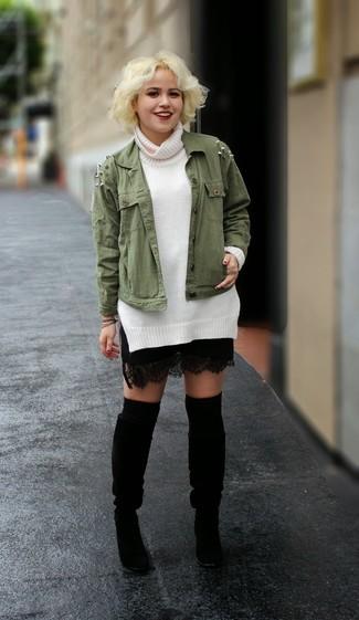 Comment porter des jambières: Marie une veste militaire olive avec des jambières pour une tenue relax mais stylée. D'une humeur créatrice? Assortis ta tenue avec une paire de des bottes hauteur genou en daim noires.