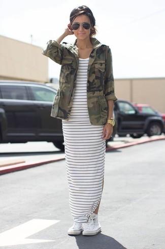 Comment porter: veste militaire camouflage olive, robe longue à rayures horizontales blanc et bleu marine, baskets montantes blanches, lunettes de soleil noires
