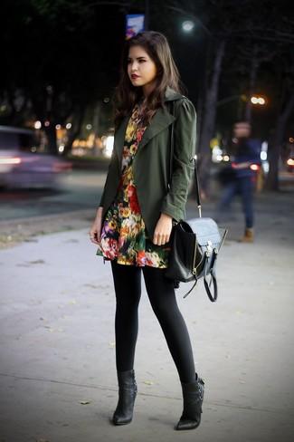 Comment porter: veste militaire olive, robe patineuse à fleurs noire, bottines en cuir noires, cartable en cuir noir