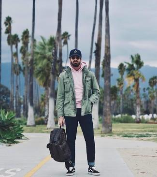 Comment porter: veste militaire vert, sweat à capuche rose, jean bleu marine, baskets basses en toile noires et blanches