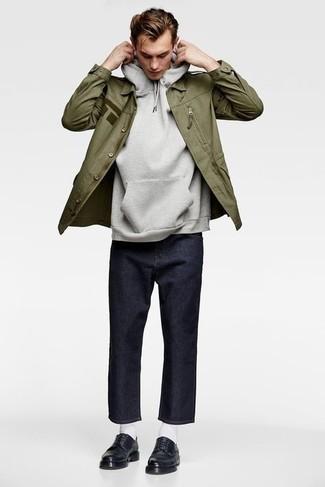 Comment s'habiller à 20 ans au printemps: Essaie d'associer un veste militaire olive avec un jean bleu marine pour une tenue confortable aussi composée avec goût. Ajoute une paire de chaussures derby en cuir noires à ton look pour une amélioration instantanée de ton style. Nous adorons ce look canon, très printanière.