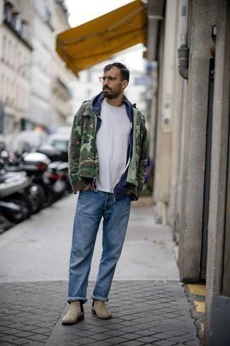 Tendances mode hommes: Pense à opter pour un veste militaire camouflage olive et un jean bleu pour affronter sans effort les défis que la journée te réserve. Ajoute une paire de des bottines chelsea en daim beiges à ton look pour une amélioration instantanée de ton style.