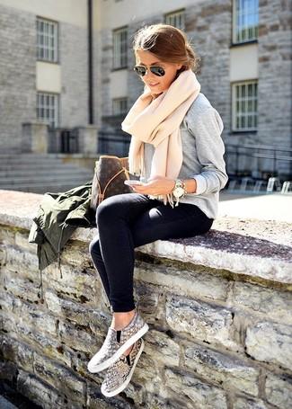 Un pull et un jean skinny bleu marine sont un choix de tenue idéale à avoir dans ton arsenal. Assortis ce look avec une paire de des baskets à enfiler imprimées serpent grises.