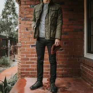 Comment porter des bottes de loisirs en cuir noires: Pense à marier un veste militaire olive avec un jean noir pour un look de tous les jours facile à porter. Ajoute une paire de des bottes de loisirs en cuir noires à ton look pour une amélioration instantanée de ton style.