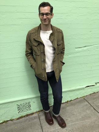 Comment porter un t-shirt à col boutonné blanc: Essaie de marier un t-shirt à col boutonné blanc avec un jean bleu marine pour un déjeuner le dimanche entre amis. Une paire de bottes de loisirs en cuir marron foncé est une façon simple d'améliorer ton look.