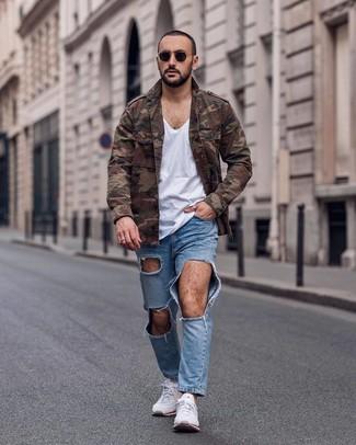 Comment porter: veste militaire camouflage marron, t-shirt à col en v blanc, jean déchiré bleu clair, chaussures de sport blanches